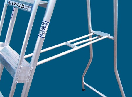 Automatic spreader bar for single sided ladder